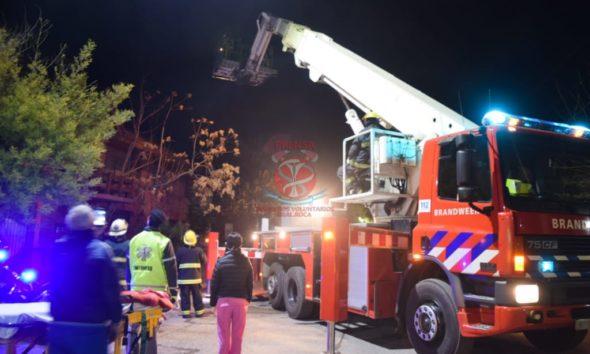Bomberos rescataron a una persona de un techo
