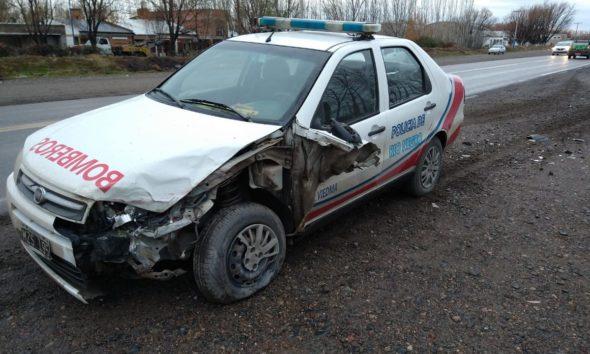 Un móvil policial y una camioneta chocaron en Ruta 22 y Damas Patricias